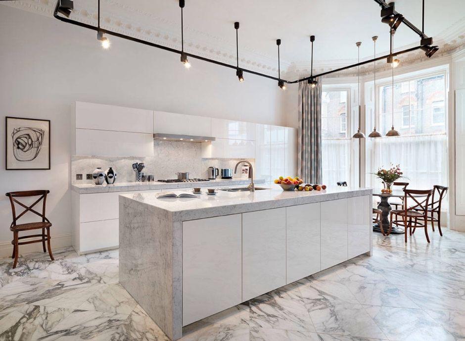 Biała Otwarta Kuchnia Z Marmurem Na Podłodze Marmur W