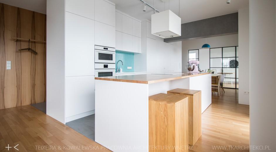 Drewniane hokery w białej kuchni