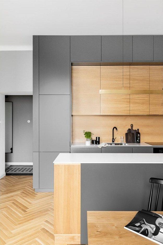 Zabudowa kuchenna w kolorach drewna i szarości