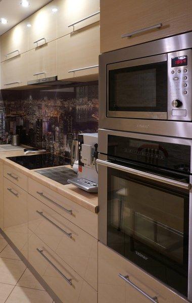 wysoka zabudowa meblowa w kuchni