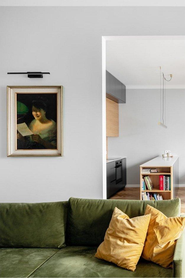 Zielona kanapa w salonie