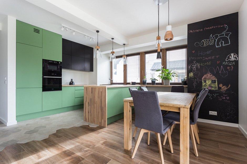 Zielone szafki w kuchni otwartej
