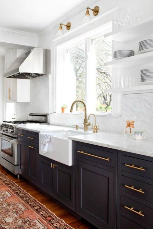 Złota Armatura W Kuchni Z Marmurowym Blatem Marmur W
