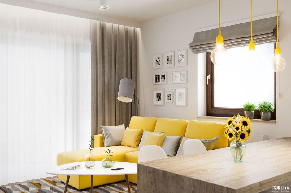 żółta Kanapa W Salonie Połączonym Z Kuchnią Otwarta