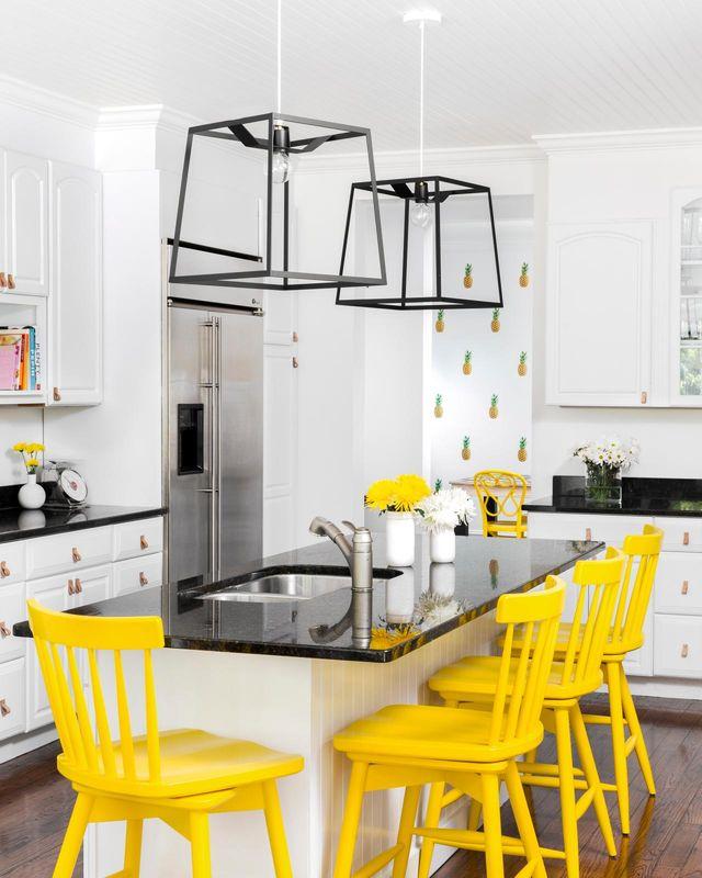 Żółte hokery przy wyspie w kuchni