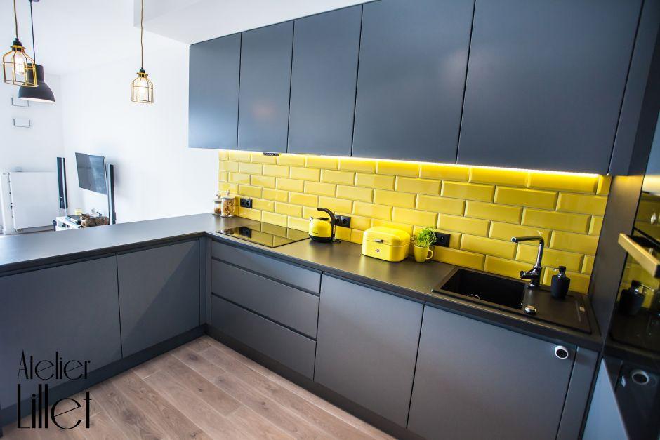 Żółte kafle w szarej małej kuchni  aranżacje małych   -> Inspiracje Kuchni Malej