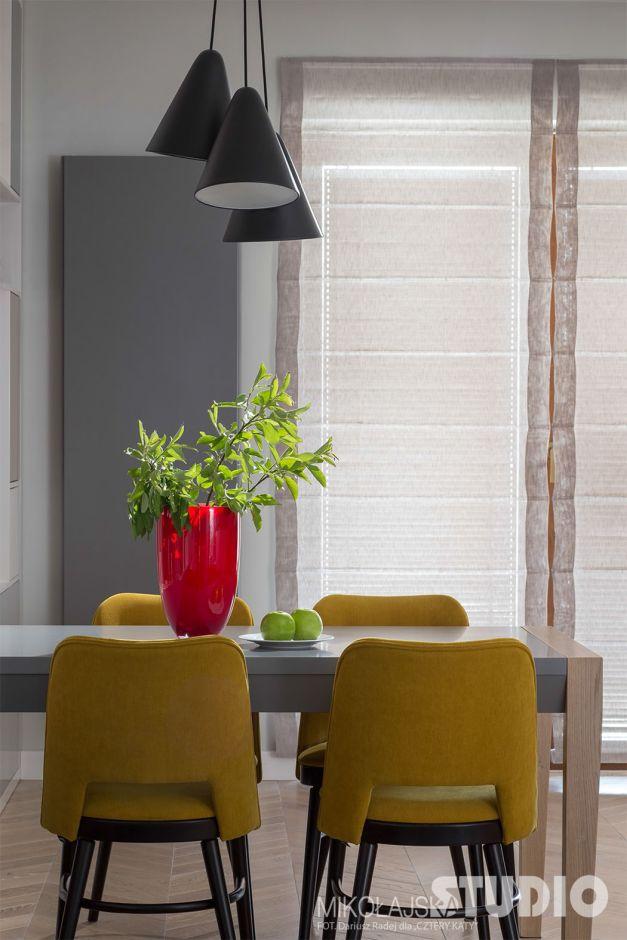 Dodatkowe Żółte krzesła w stylu retro w jadalni połączonej z kuchnią VF03