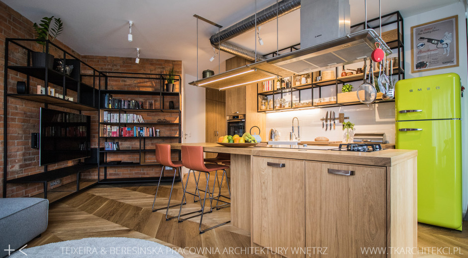 Limonkowa lodówka Smeg w stylu retro w aranżacji loftowej kuchni z drewnem