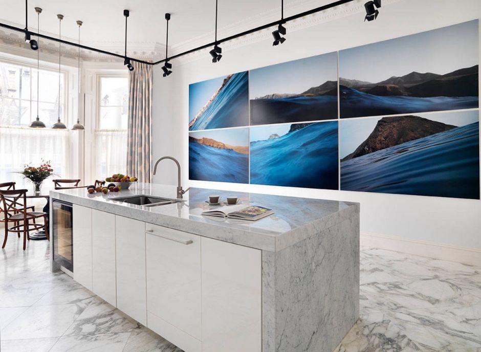 Marmur na podłodze w kuchni z wyspą i marmurowym blatem