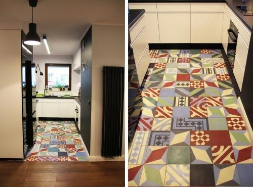 Purpura - patchworkowa podłoga w czarno-białej kuchni