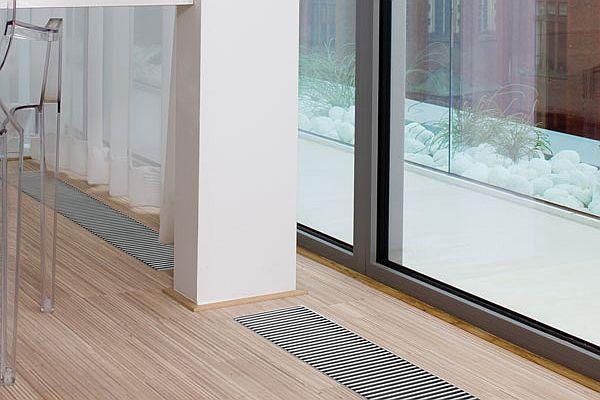 Grzejnik schowany w podłodze - ogrzewanie kanałowe w kuchni