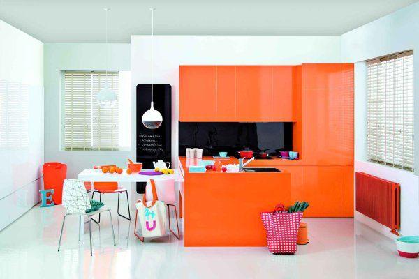 Aranżacja kuchni w pomarańczowym kolorze z czarnym szklanym grzejnikiem Indivi New