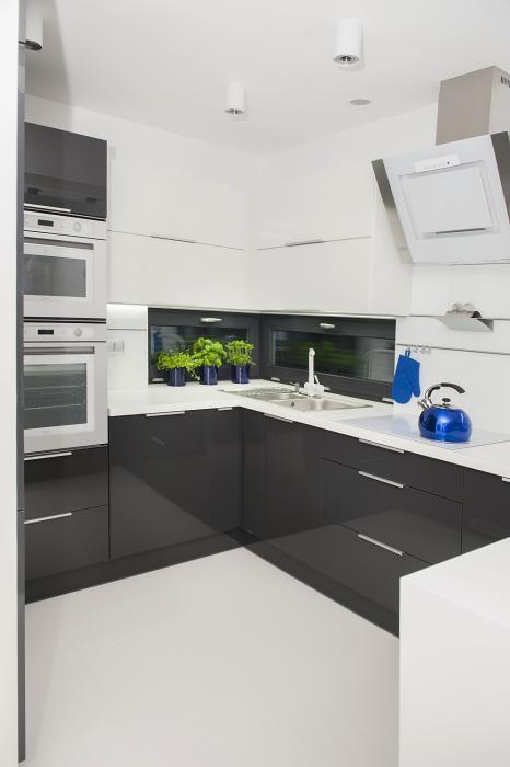 Mała kuchnia  sposoby na jej funkcjonalne urządzenie   -> Kuchnia Bialo Czarna Z Oknem
