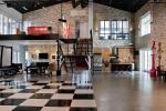 Motyw szachownicy na ścianach i podłogach