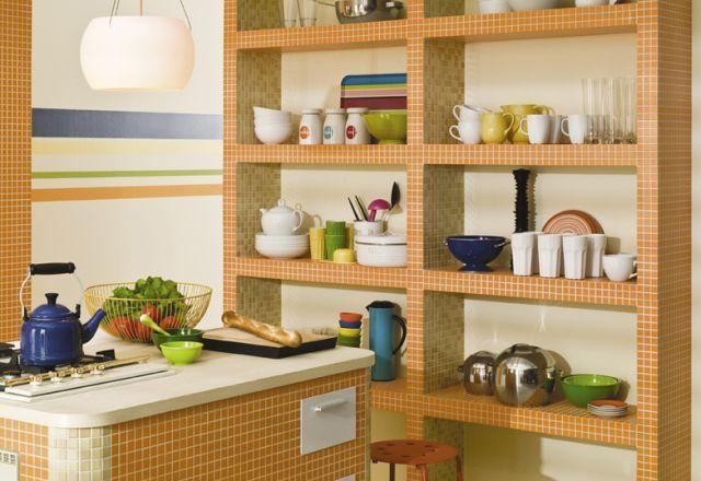 Murowana kuchnia obłożona mozaiką
