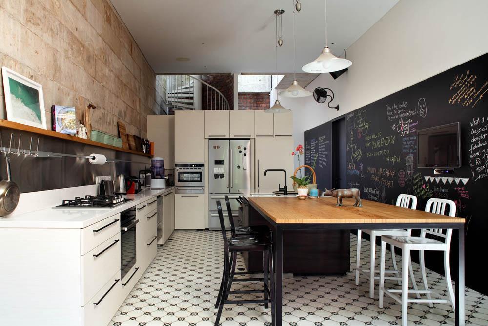Czarna tablica kredowa w aranżacji kuchni  design ze