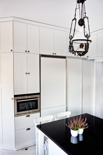 Wysoka zabudowa w kuchni w kolorze białym klasyczna