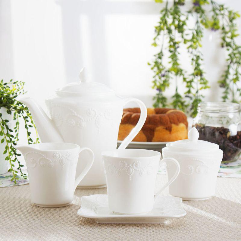 Biała porcelana w kuchni - serwis kawowy