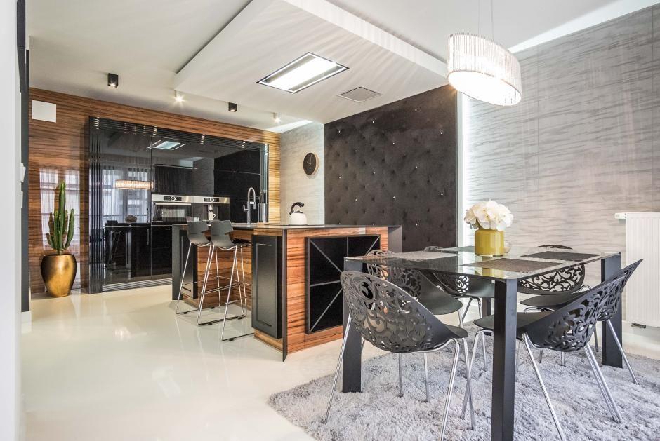 Czarne krzesła w kuchni