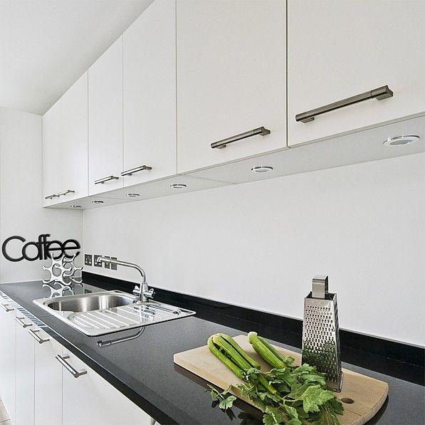 Naklejka z napisem na ścianie w kuchni