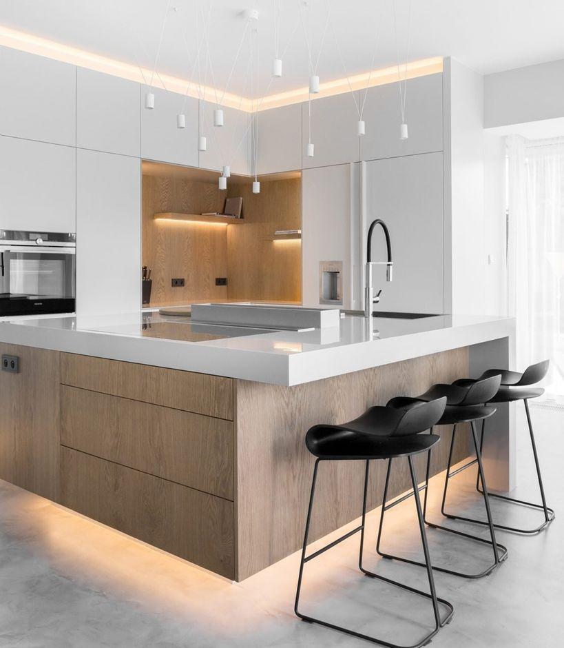 Dolne i górne oświetlenie mebli w kuchni