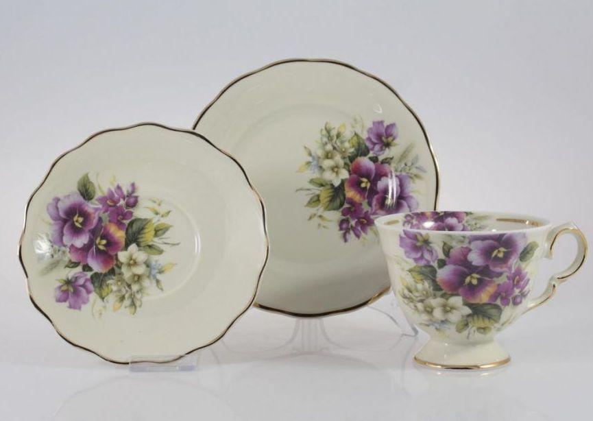 Porcelanowy garnitur śniadaniowy z motywem kwiatowym