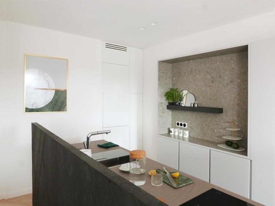 Lustro na półce w kuchni - ciekawe dekoracje