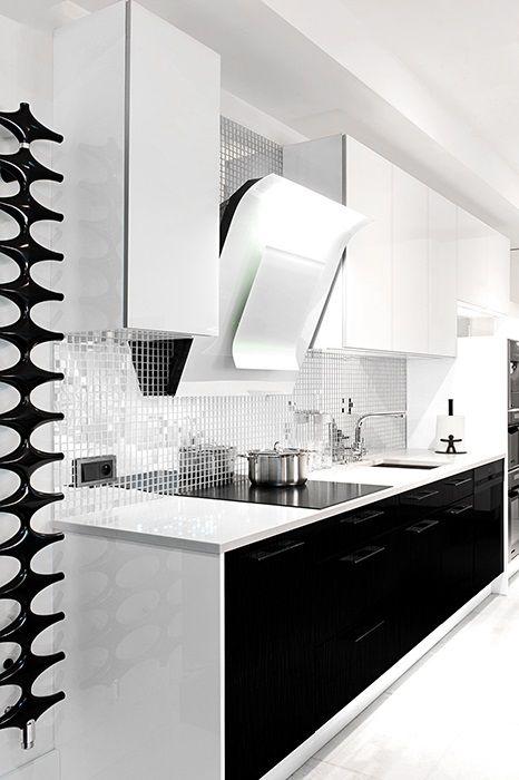 Lustrzana mozaika nad baltem w kuchni