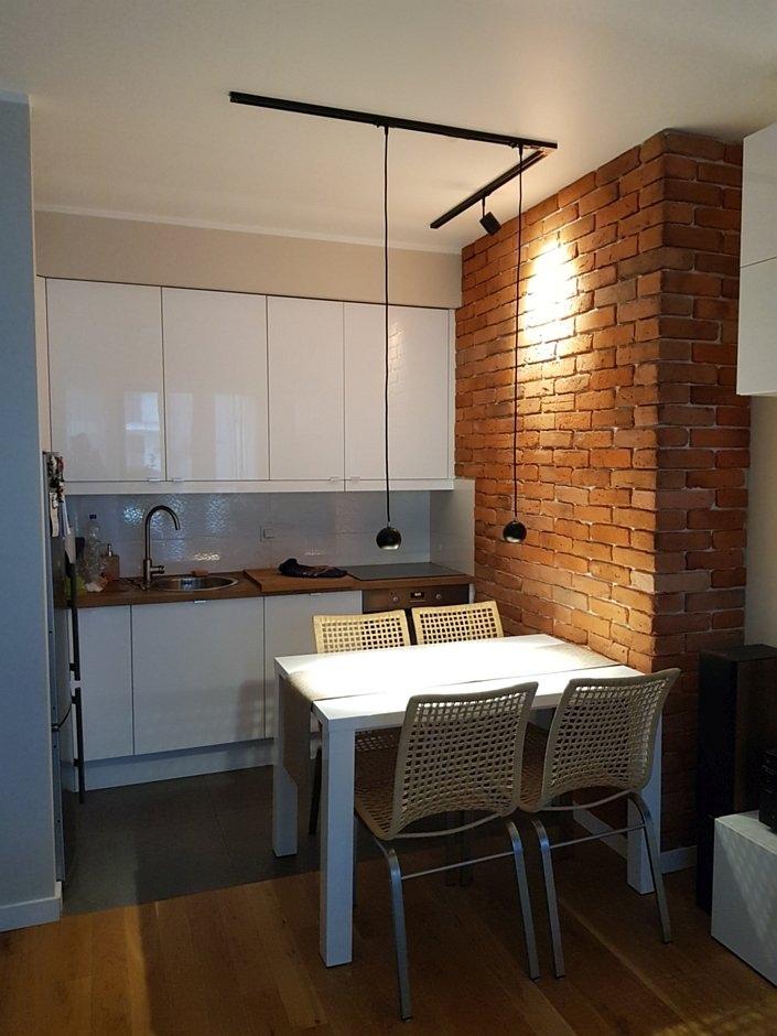 Mała kuchnia z cegłą na ścianie