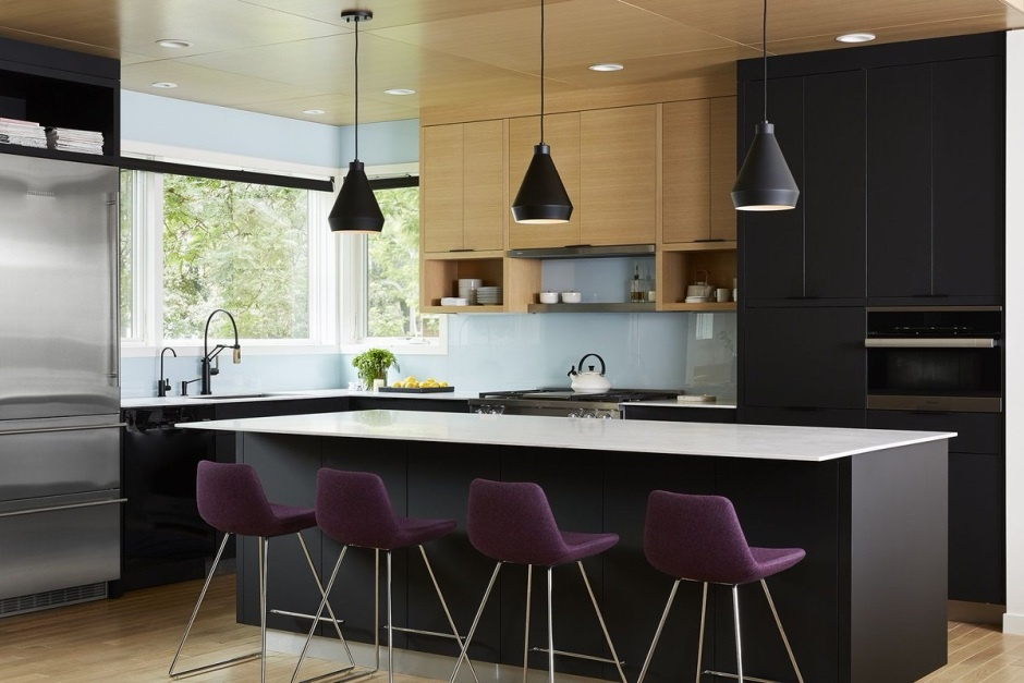 Drewno i czerń w kuchni - modny dueat na meble