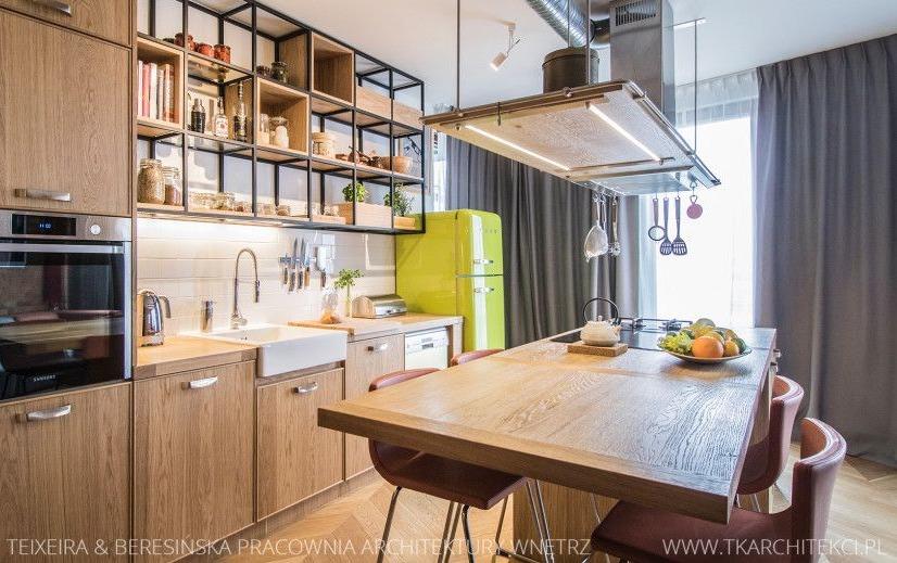 Metalowa półka w zabudowie kuchennej