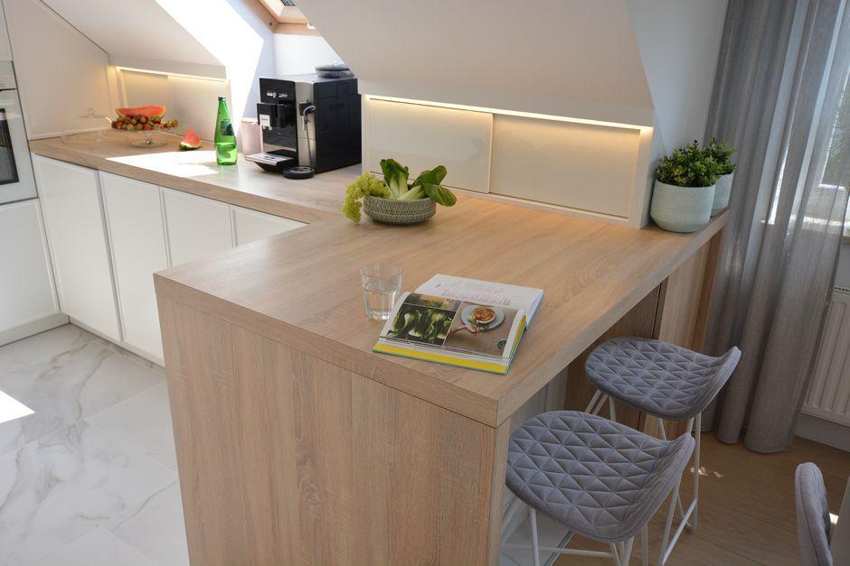 Zabudowa skosów w kuchni na poddaszu