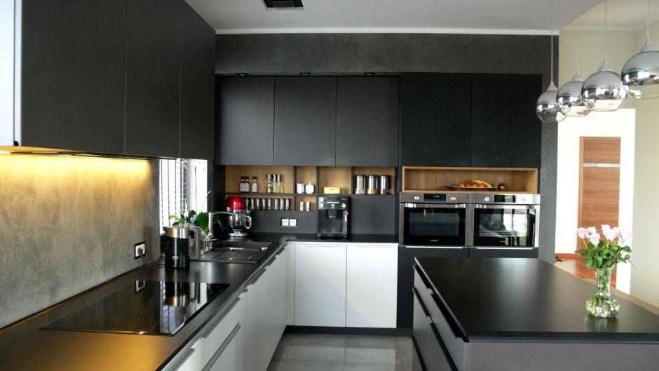 Dodatkowe półki lub szafki w kuchni nad blatem kuchennym