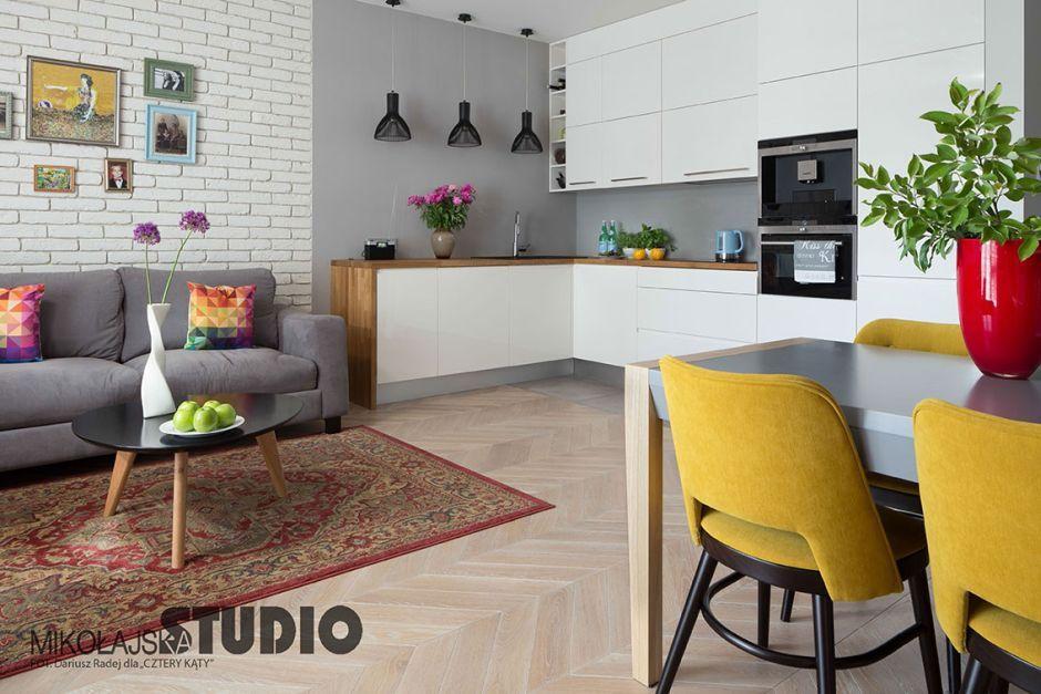 Szaro-biała kuchnia ocieplona drewnem