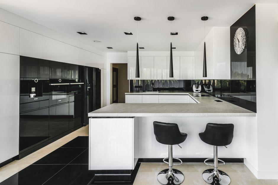 Duża kuchnia biało-czarna