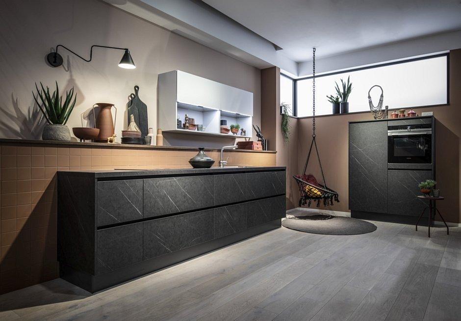 Czarna kuchnia - moda na ciemne meble