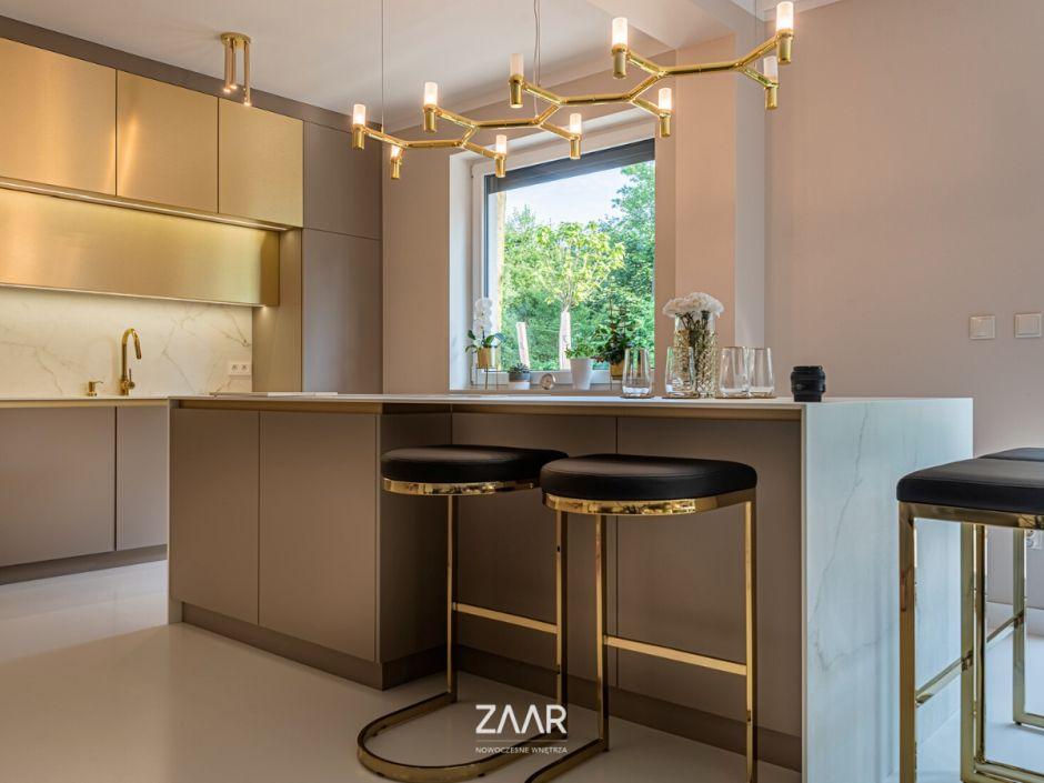 Taupe w połączeniu ze złotem - stylowe meble kuchenne