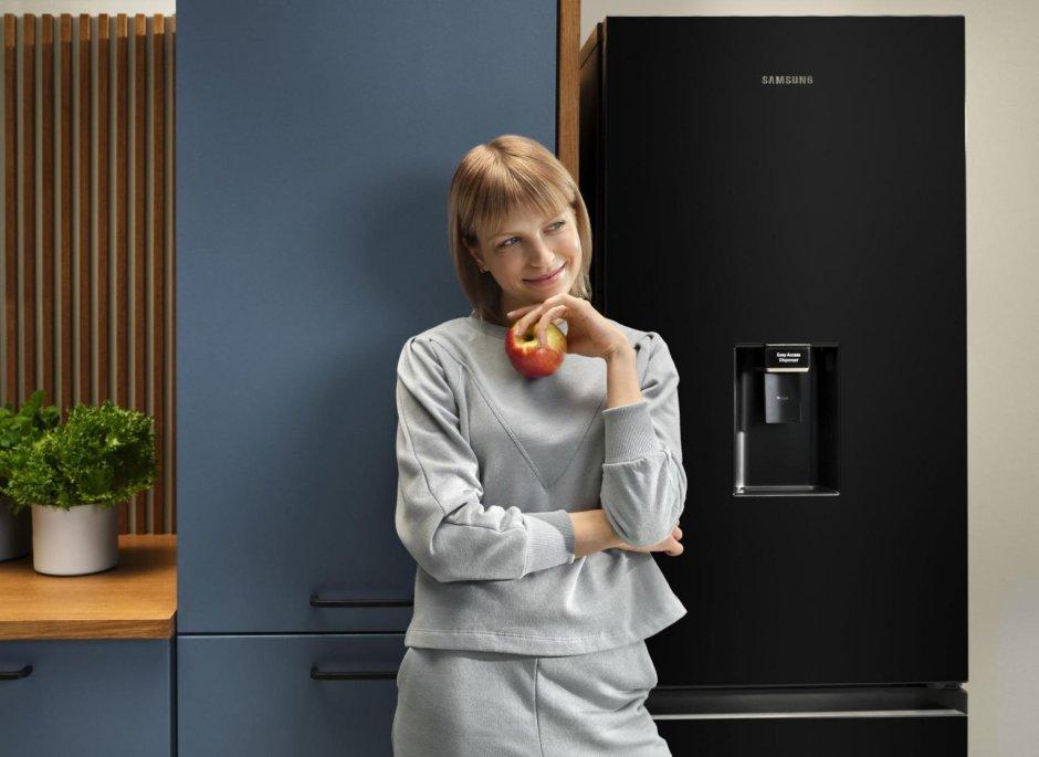 Wybierz model lodówki Samsung, który najlepiej odpowie na Twoje potrzeby ? na zdjęciu lodówka z dyspenserem wody.